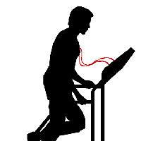Hombre corriendo en cinta de gimnasio