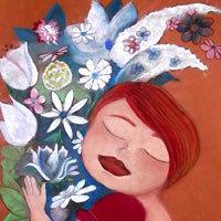 Mujer abrazada a un ramo de flores