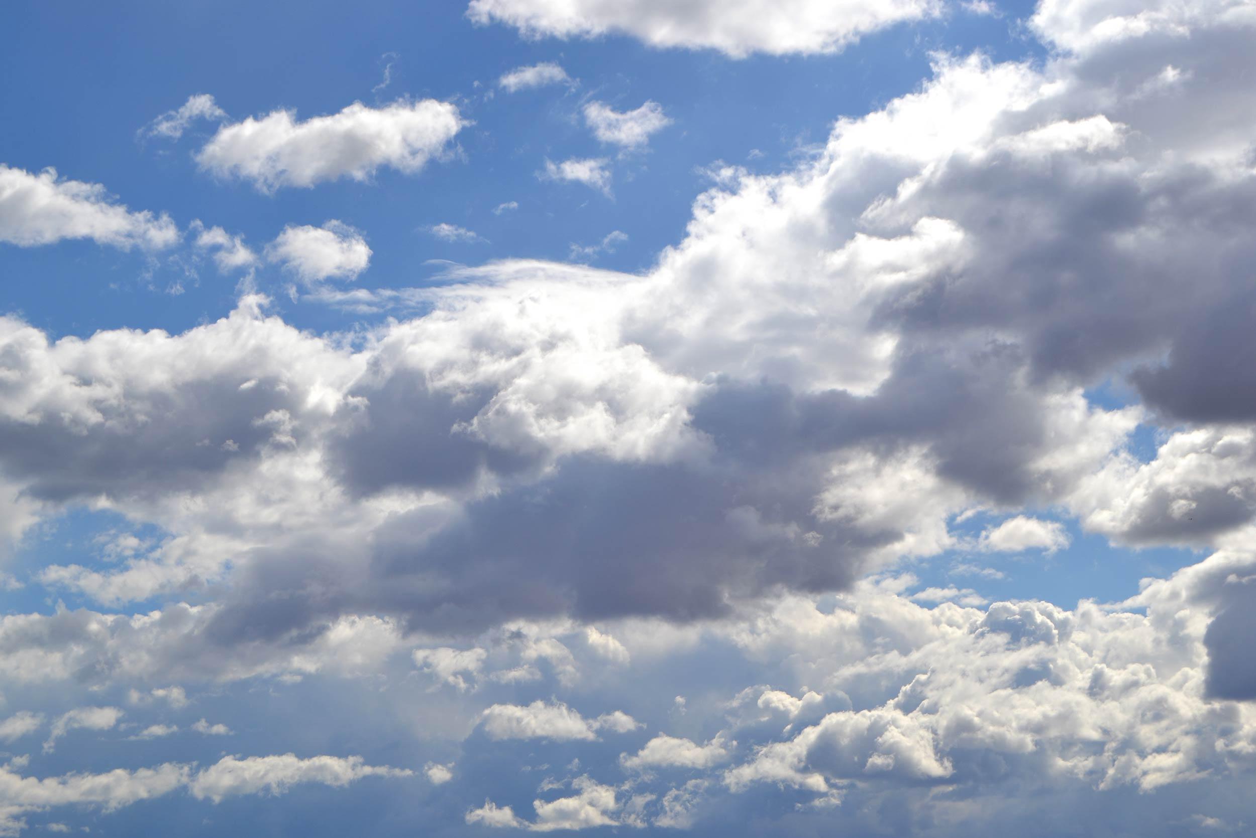Ilustraciones y fotografía de grandes nubes