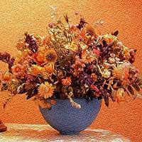 Jarrón azul con flores secas naranjas