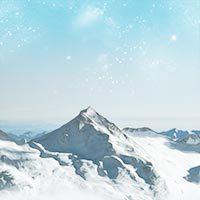 Montañas nevadas con cielo estrellado al amanecer